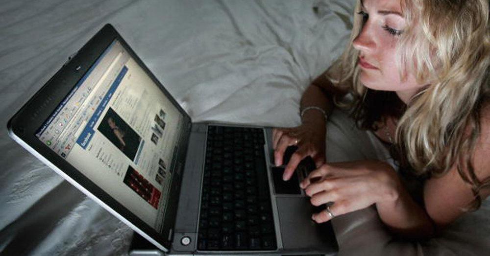 20 παράξενα πράγματα που κάνουν όλες οι γυναίκες όταν μένουν μόνες στο σπίτι.