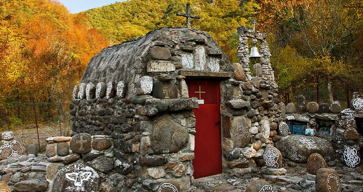 15 «άγνωστοι» ναοί και εκκλησίες που αξίζει να επισκεφτείτε στην Ελλάδα.