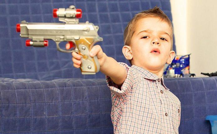 Τα αγόρια δεν θέλουν να παίζουν μόνο με όπλα. Εμείς τους τα δίνουμε