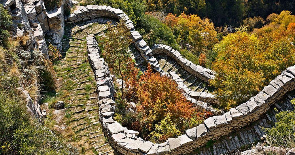 Η περίφημη Σκάλα του Βραδέτου στα Ζαγοροχώρια, που πήρε 20 χρόνια να κτιστεί.