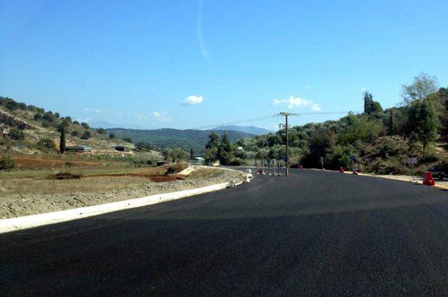 Αγρίνιο: Έστρωσαν με ασφάλτο το δρόμο και άφησαν το στύλο της ΔΕΗ στη μέση…