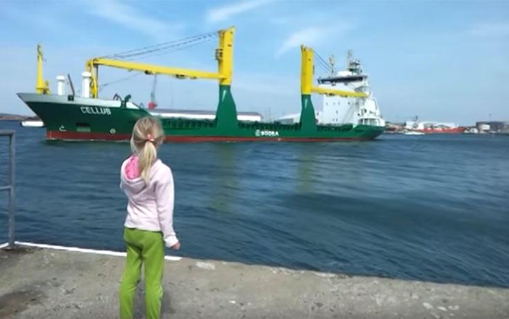 Αυτό το κοριτσάκι κάνει πως κορνάρει στο πλοίο, αλλά δεν είναι προετοιμασμένο γι' αυτό που θα συμβεί