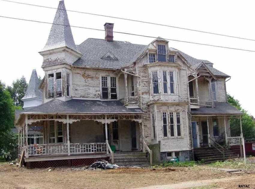 Αγόρασαν ένα εγκαταλελειμμένο και σχεδόν ανατριχιαστικό σπίτι και δείτε πως το μεταμόρφωσαν.