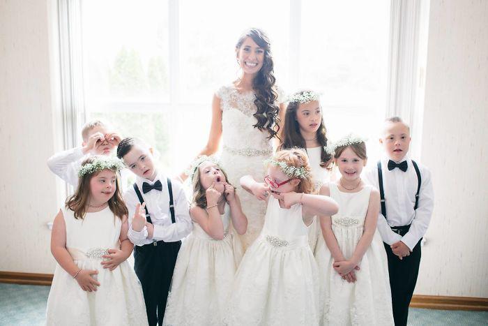 Αποτέλεσμα εικόνας για Δασκάλα παιδιών με ειδικές ανάγκες προσκαλεί όλους τους μαθητές της στο γάμο της και κάνει όλο το Ίντερνετ να την αγαπήσει