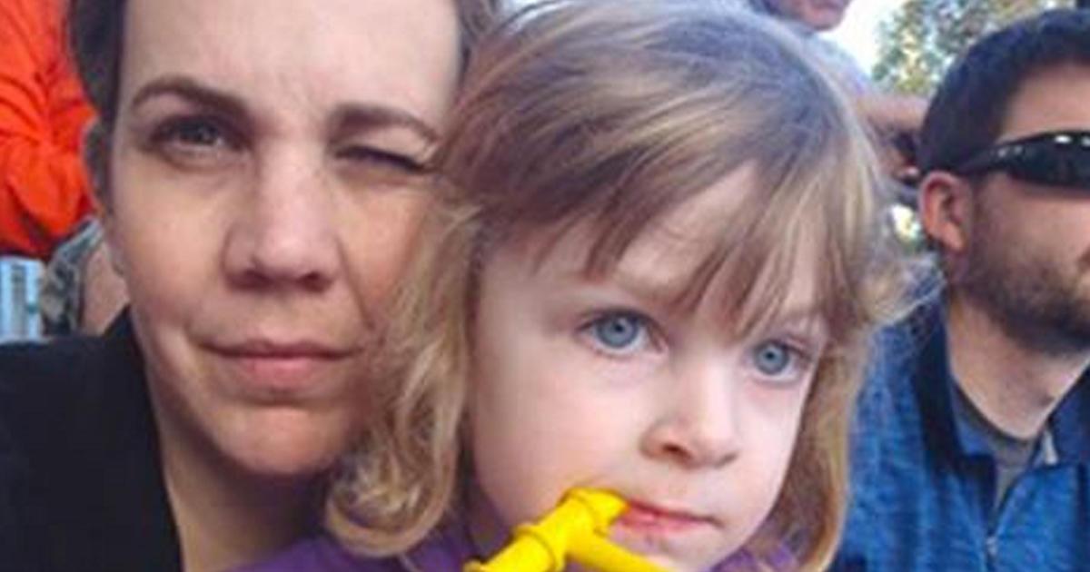 Η 3χρονη Κόρη της Φωνάζει έναν Άγνωστο «Μπαμπά» και του Ζητά να την Πάρει Αγκαλιά, η Αντίδραση του την Σόκαρε!