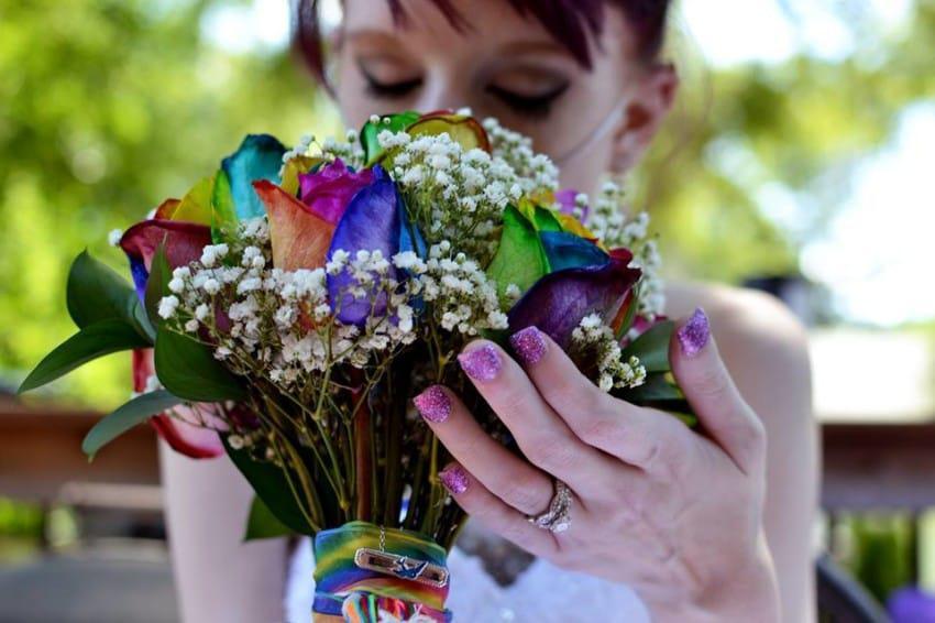«Ετοιμοθάνατη» νύφη γιορτάζει τη ζωή διοργανώνοντας ένα γάμο γεμάτο χρώματα και ευτυχία