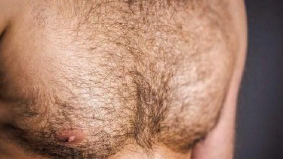 Να γιατί οι άντρες δεν πρέπει να ξυρίζουν το στήθος τους