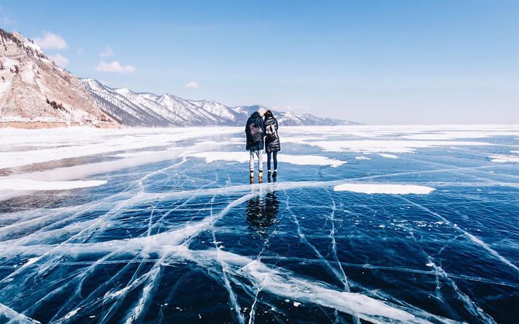 Η απόκοσμη ομορφιά της βαθύτερης και παλαιότερης λίμνης στη γη που είναι παγωμένη 5 μήνες το χρόνο