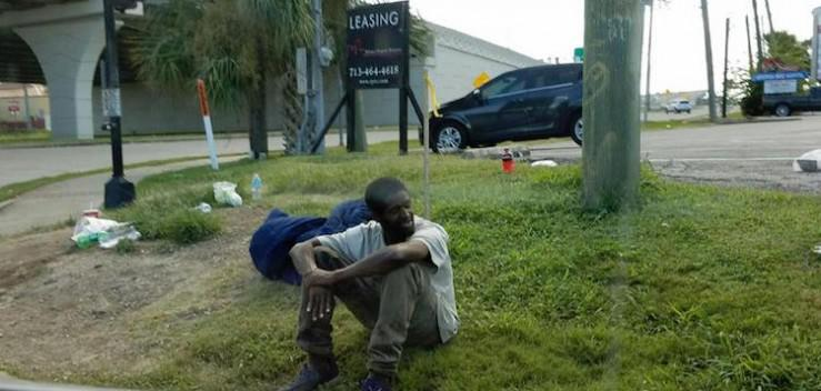 Άστεγος περίμενε τη μητέρα του για 3 χρόνια στο ίδιο σημείο όπου τον είχε εγκαταλείψει
