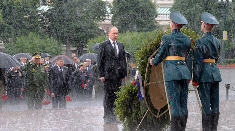 Ο Πούτιν ακίνητος στη βροχή αποτίει φόρο τιμής στους νεκρούς του Β' Παγκοσμίου Πολέμου