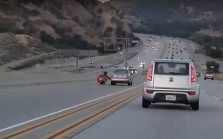 Μοτοσικλετιστής κλωτσάει αυτοκίνητο εν κινήσει κι αμέσως μετά ακολουθεί το απόλυτο χάος