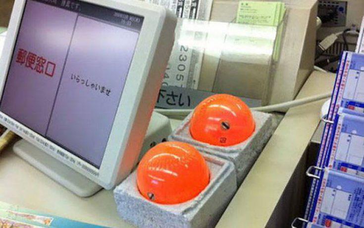 Αυτές οι παράξενες πορτοκαλί μπάλες υπάρχουν δίπλα σε κάθε ταμείο καταστήματος στην Ιαπωνία