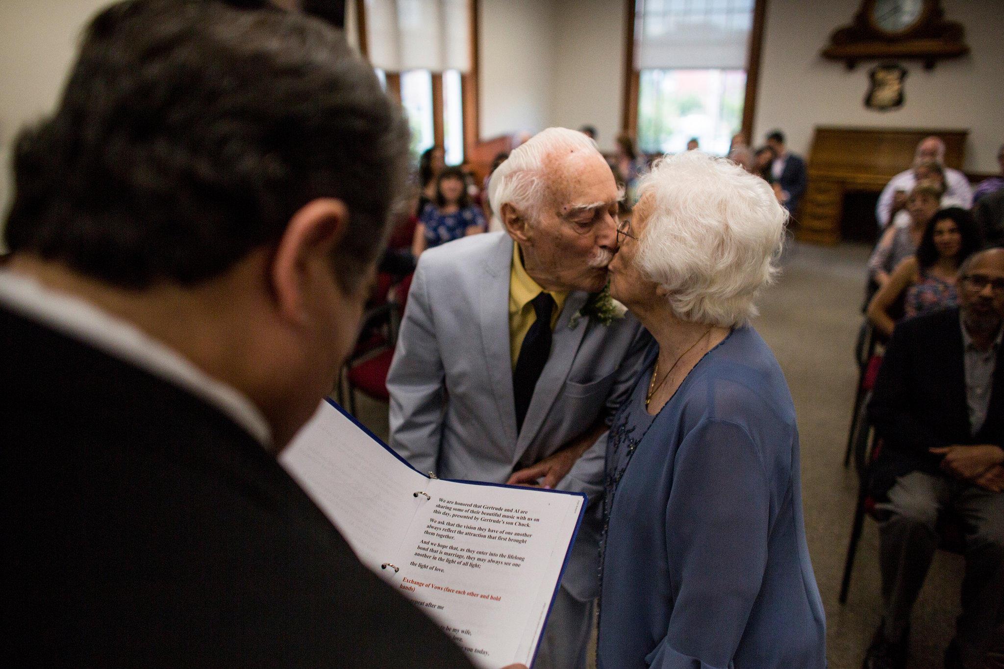 Εκείνη 98 χρονών και εκείνος 94, γνωρίστηκαν στο γυμναστήριο και παντρεύτηκαν