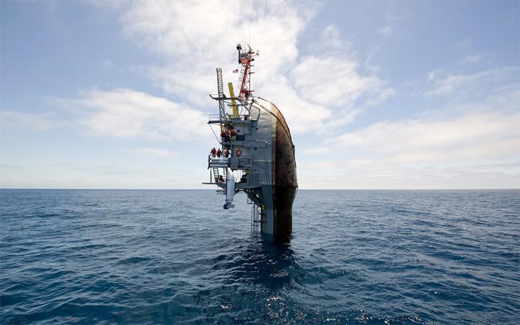 Το πλοίο που μπορεί να γύρει κατακόρυφα στη θάλασσα χωρίς να βουλιάξει