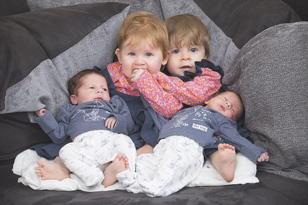 Η Jackie, 28 ετών, γεννήθηκε τα κορίτσια Sarah και Paige στο νοσοκομείο Ipswich στις 11 Οκτωβρίου πέρυσι και στη συνέχεια, στις 14 Σεπτεμβρίου του τρέχοντος έτους, έφτασαν τα αγόρια Wesley και Nicholas