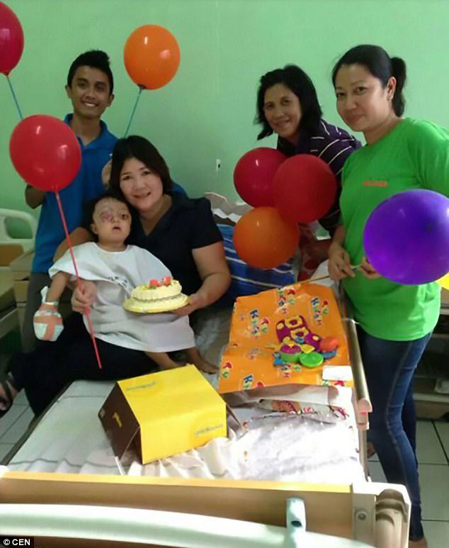 Βοηθώντας τα χέρια: Η Anabelle εμφανίζεται στο νοσοκομείο στη Μανίλα όπου τελικά είχε χειρουργική επέμβαση χάρη στις δωρεές φιλανθρωπίας και την αποταμίευση που έθεσε ο κ. Erize
