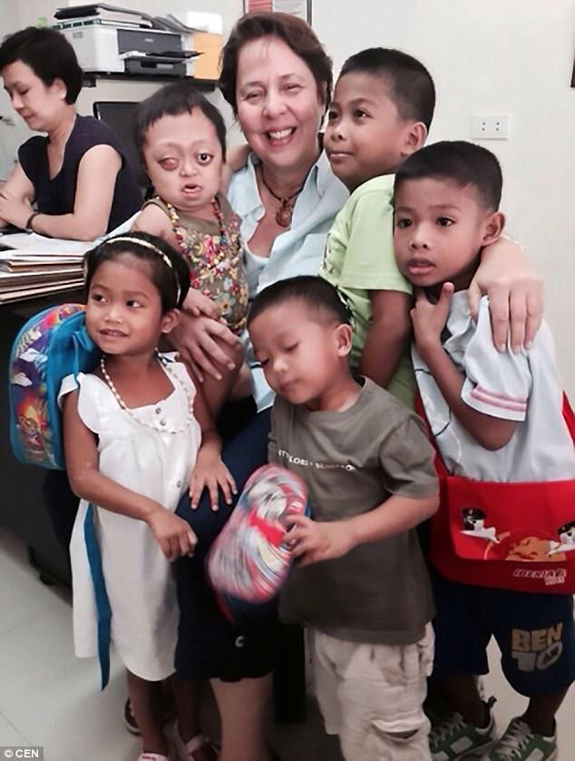 Νέα οικογένεια: η Anabelle με την Anna Balcells, ιδρυτή του Ιδρύματος Kalipay Negrense, και μερικά από τα άλλα παιδιά που διασώθηκαν από το ίδρυμα