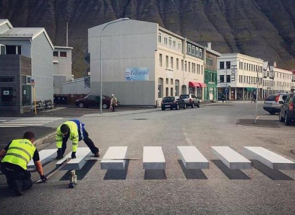 perierga.gr - Τρισδιάστατο σχέδιο σε διασταύρωση επιβραδύνει την κυκλοφορία με... χιούμορ!