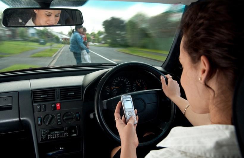Αφαίρεση διπλώματος σε όποιον προκαλεί τροχαίο επειδή μιλάει στο κινητό