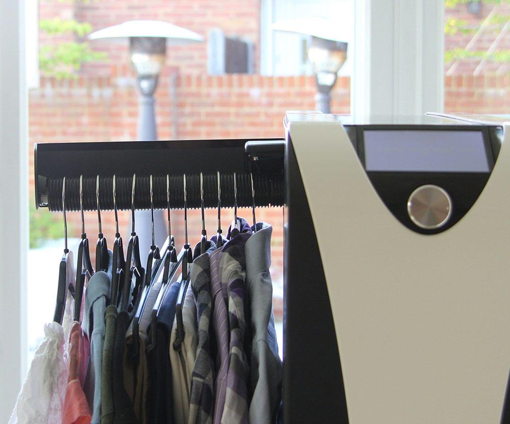 Έβγαλαν συσκευή που στεγνώνει, σιδερώνει και φρεσκάρει τα ρούχα με το πάτημα ενός κουμπιού