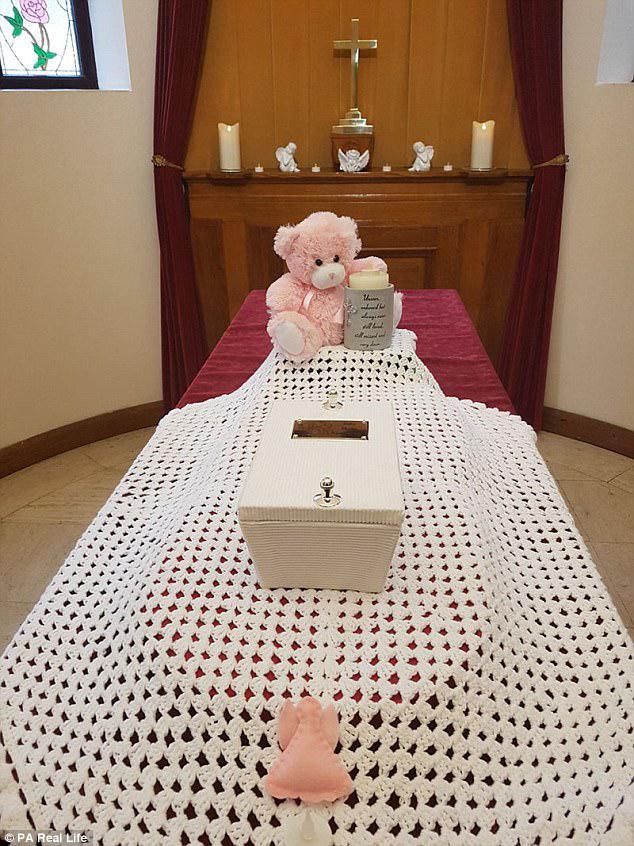 Το μικροσκοπικό λευκό φέρετρο του Baby Skylar στην καρδιά της κηδείας, που πραγματοποιήθηκε στο Μπράιτον