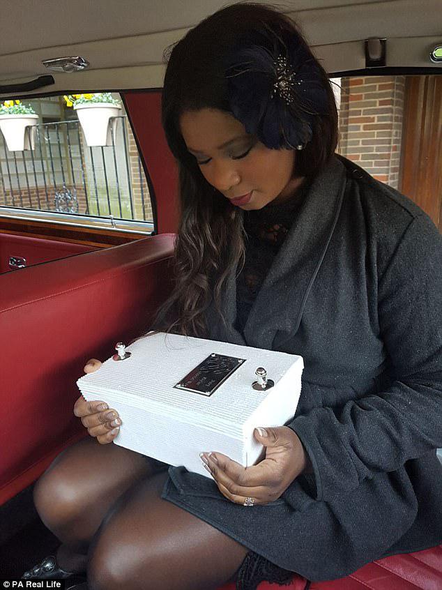 Η Brenda Gabriel από το Λονδίνο κρατούσε το μικροσκοπικό φέρετρο του μωρού που έχασε στις 14 εβδομάδες και κατείχε μια πλήρη κηδεία
