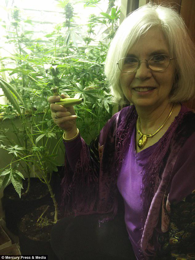 Η Carol Francey, 70 ετών, πιστεύει ότι το κάπνισμα κάνναβης για πέντε δεκαετίες είναι το μυστικό της καλής υγείας της