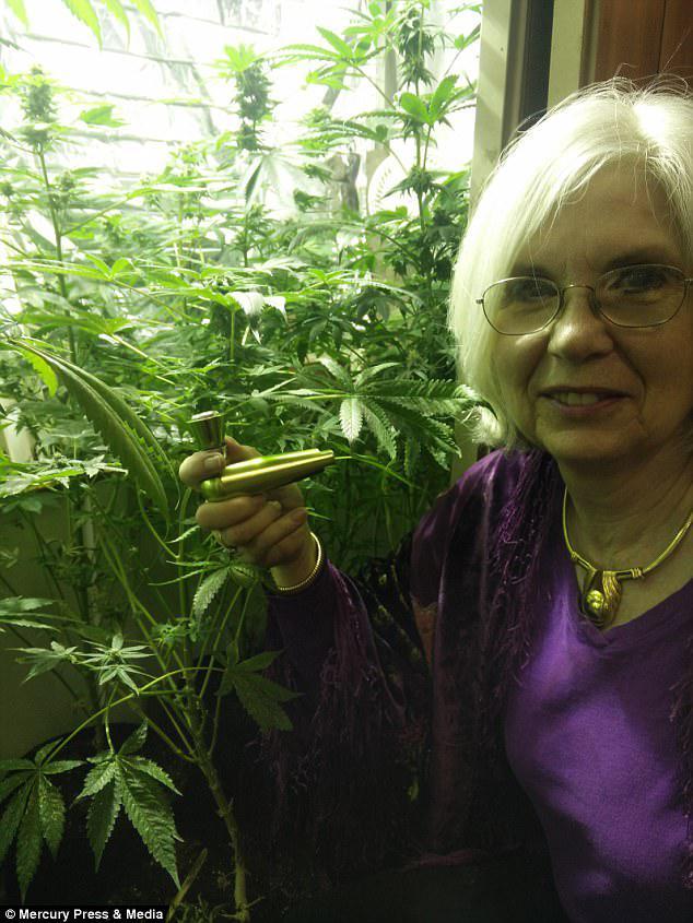 Η κ. Francey, η οποία αναπτύσσει κάνναβη στον κήπο της, ανταλλάσσει φάρμακα για τη μαριχουάνα