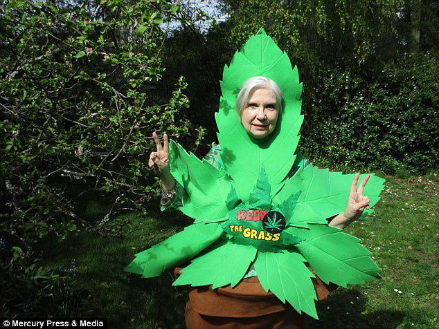 Ξεκίνησε την εκστρατεία για τη νομοθεσία περί κάνναβης στον Καναδά με την ομάδα «Grannies for Green», αφού ο γιος της πιάστηκε να καπνίζει το ναρκωτικό και τιμωρήθηκε κρατώντας πίσω ένα χρόνο στο σχολείο