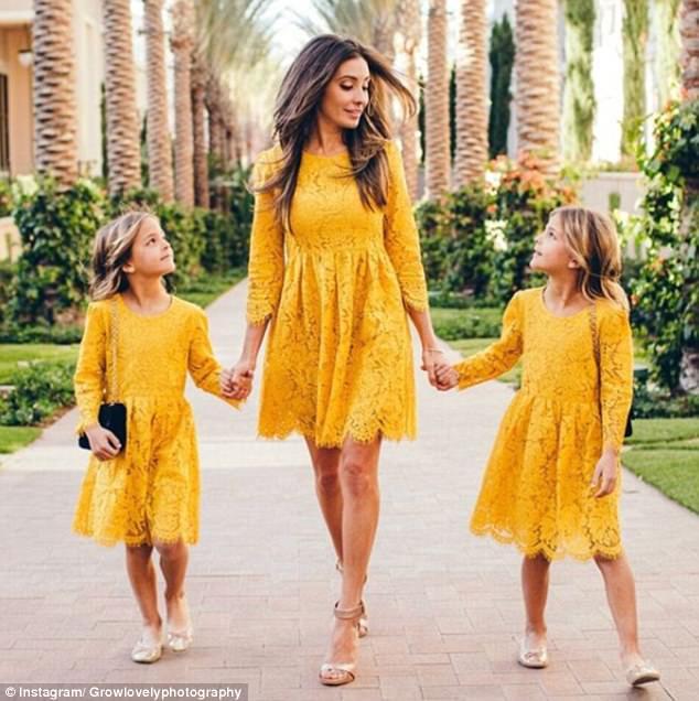 Ο Jaqi (που απεικονίζεται με τις κόρες της) κάνει σπάνιες εμφανίσεις στο λογαριασμό της θυγατέρας Instagram, διατηρώντας την προσοχή επικεντρωμένη στα κορίτσια της