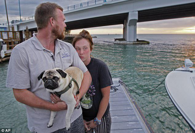Έχασε τα πάντα: Το ζευγάρι ήταν μόνο δύο μέρες στην περιπέτεια μιας ζωής, όταν ήταν σκάφος ονείρου που χτύπησε κάτι στο νερό και κατέρρευσε, αφήνοντας όλα, εκτός από το σκυλί, λίγα χρήματα και τις κάρτες κοινωνικής ασφάλισης τους, τα δάχτυλά τους