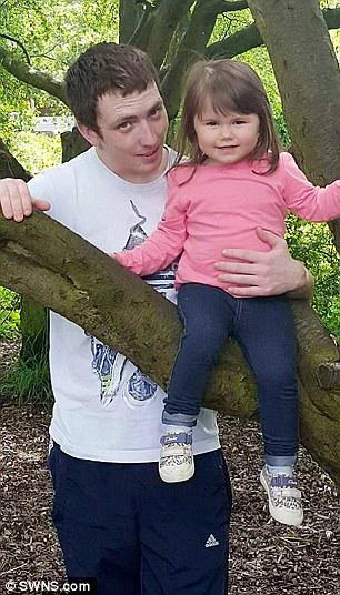 Τραγικό: Ο πατέρας Paul Hogan, που απεικονίζεται αριστερά με την κόρη Macey, εξακολουθεί να θρηνήσει την απώλεια του παιδιού του