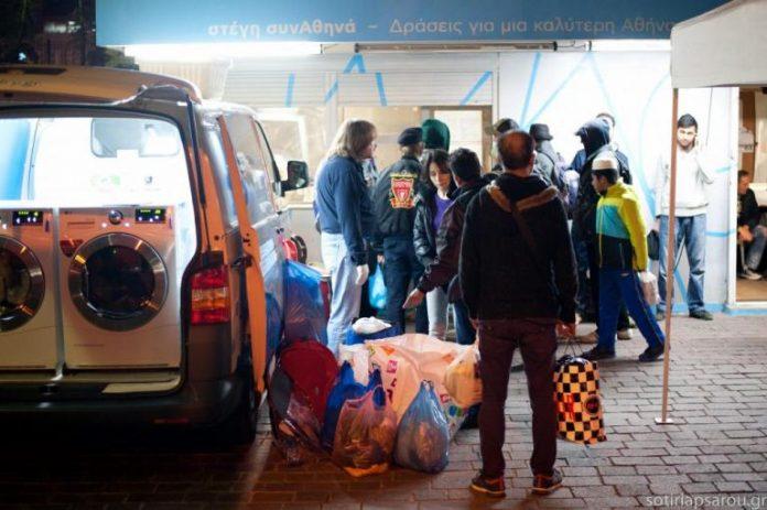 Υπέροχοι Άνθρωποι! Φορτηγάκι «πλυντήριο» γυρνάει την Αθήνα και καθαρίζει τα ρούχα των αστέγων δωρεάν