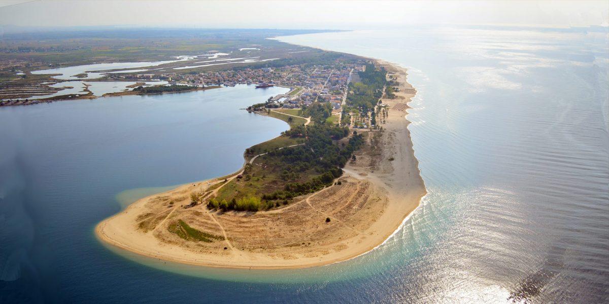 Το υπέροχο ελληνικό χωριό όλο παραλία που μπαίνει ένα χιλιόμετρο μέσα στη θάλασσα