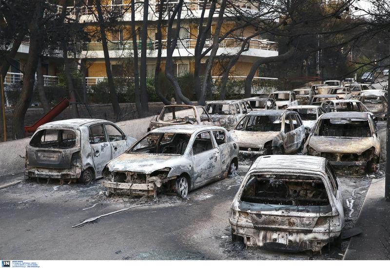 Δεκάδες καμμένα ΙΧ - Οι ιδιοκτήτες τα άφησαν στο δρόμο σε μία απέλπιδα προσπάθεια να σωθούν