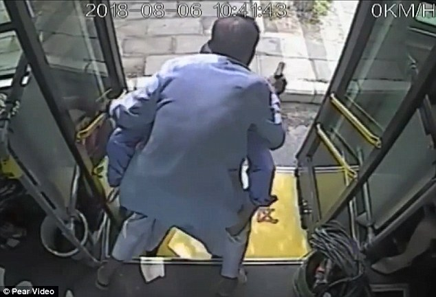 A bus driver in Shiyan city, central China's Hubei province, has been commended after he was filmed carrying an elderly man on his back to help him off the vehicle