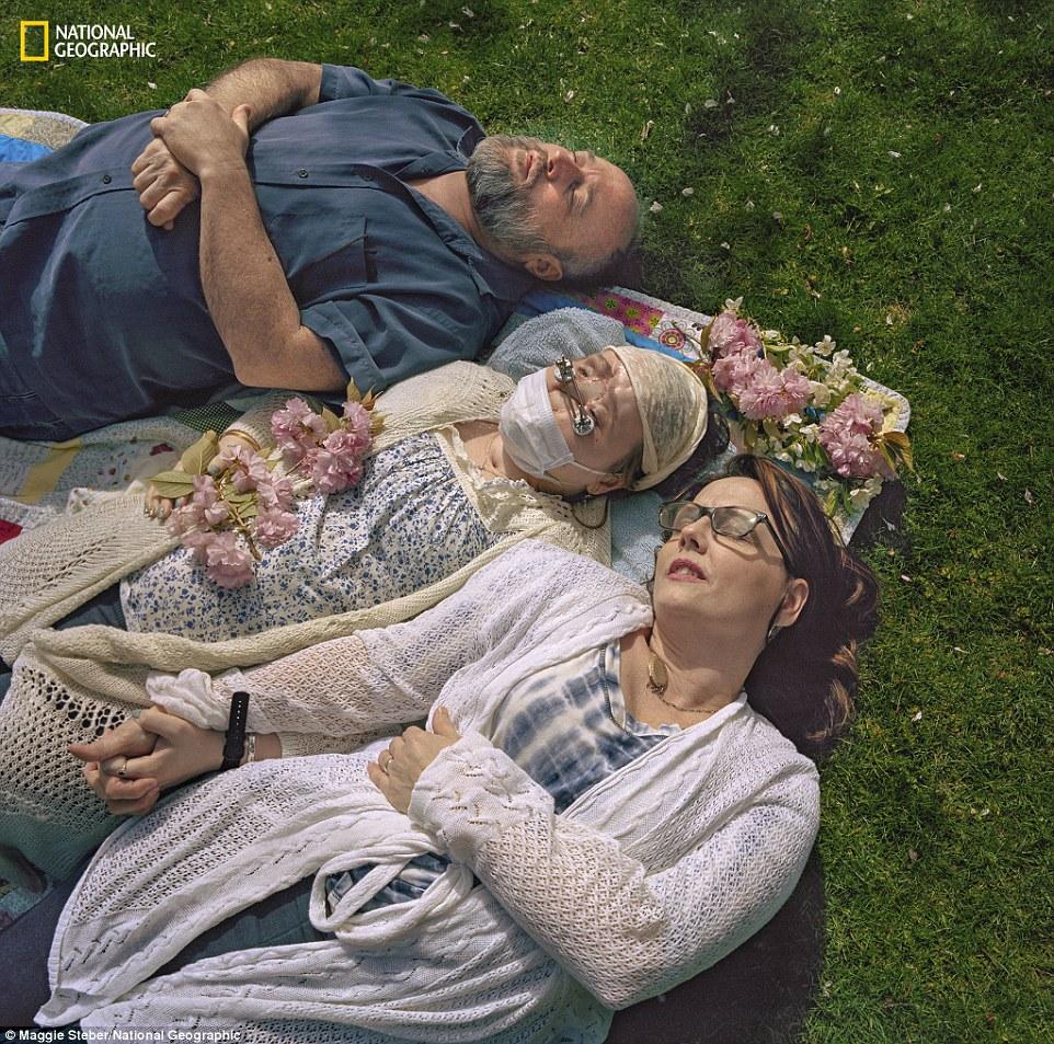 Οικογενειακή αγάπη: Οι γονείς της Katie Alesia και Robb (απεικονιζόμενοι) ήταν δίπλα της μέσα από την ανάκαμψη της στο Cleveland, Ohio
