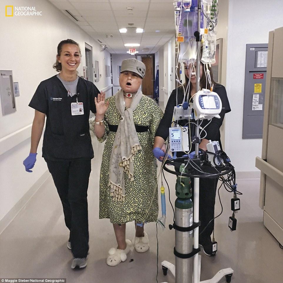 Η Katie ασκεί με φυσιοθεραπευτές Becky Vano και Nicole Bliss για να ενισχύσει τη δύναμη στα πόδια της τρεις εβδομάδες μετά τη χειρουργική επέμβαση