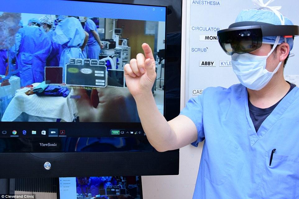 Η χειρουργική επέμβαση περιελάμβανε 11 χειρουργούς και τεχνικές εικονικής πραγματικότητας, καλύπτοντας τη νύχτα