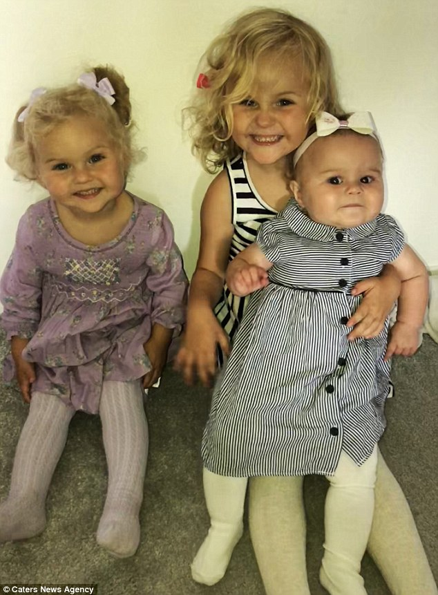 Η μητέρα Emma εξήγησε πως ο Hollie, τέσσερα, (στο κέντρο, με την αδερφή της Connie) και ο Evie, δύο (πολύ αριστερά) κατάφεραν να γλιστρήσουν επάνω,