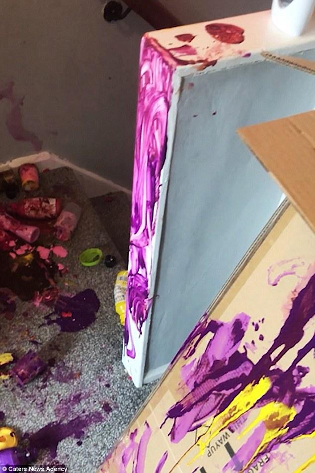 Η Emma πήγε επάνω για να βρει μπουκάλια ακρυλικού χρώματος που σπρώχθηκαν σε όλη την προσγείωση (όπως απεικονίζεται παραπάνω) και μωβ βαφή απωθημένο σε όλους τους τοίχους