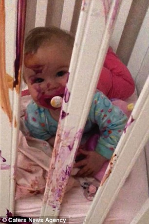 Τα νήπια κάλυπταν ακόμη και το πρόσωπο της αδελφής τους στο χρώμα, μαζί με την κούνια της