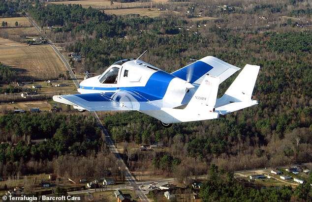 Σύμφωνα με τον κατασκευαστή Terrafugia, που ανήκει στη Volvo, η μετάβαση μπορεί να πετάξει έως 400 μίλια με μέγιστες ταχύτητες 100 μίλια / ώρα. Εικόνα: δοκιμαστική πτήση της μετάβασης