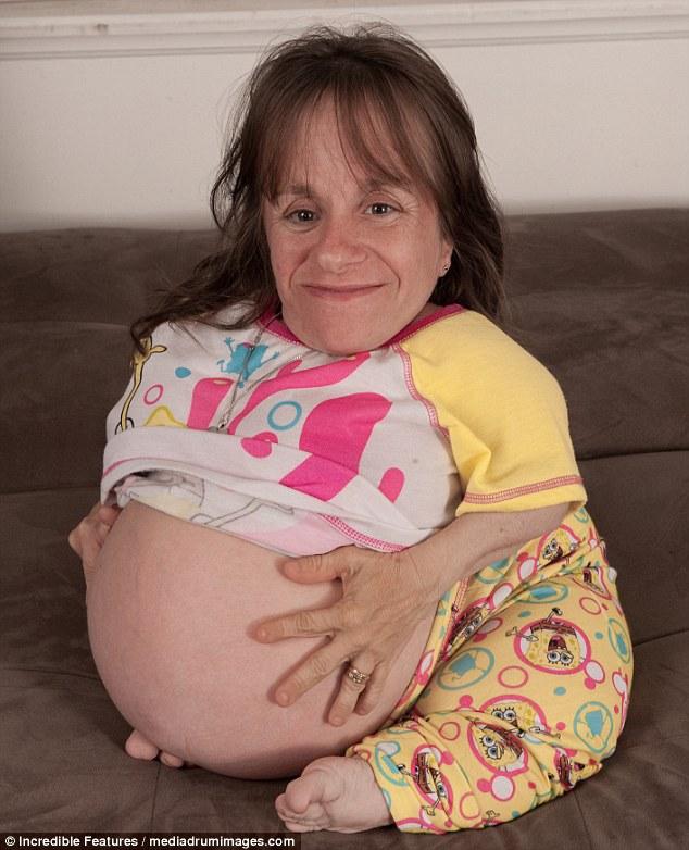 Τραγωδία: Η μικρότερη μητέρα του κόσμου Stacey Herald, που απεικονίζεται ενώ ήταν έγκυος με το τρίτο της παιδί, πέθανε σε ηλικία 44 ετών