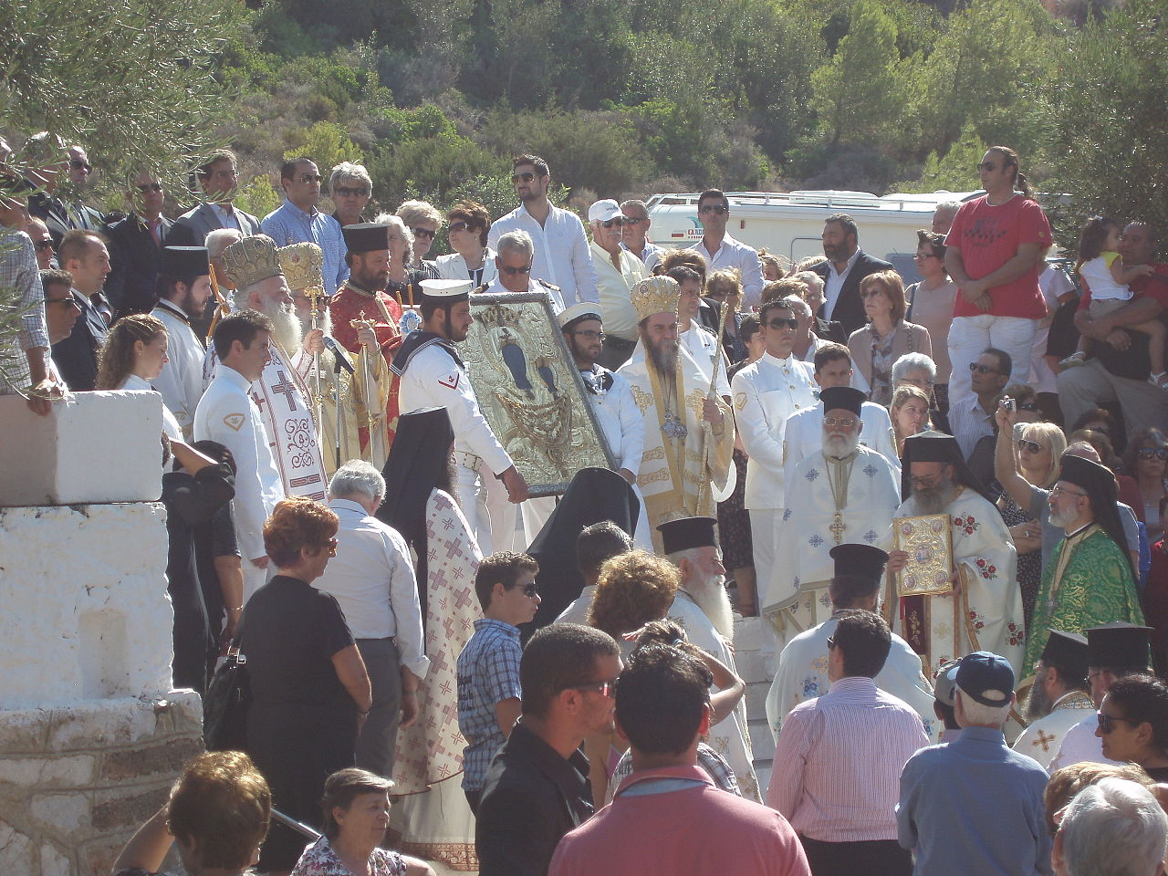 H γιορτή στα Κύθηρα κρατάει 15 μέρες. Η περιφορά της εικόνας γίνεται σε κάθε στενό, σε κάθε χωριό