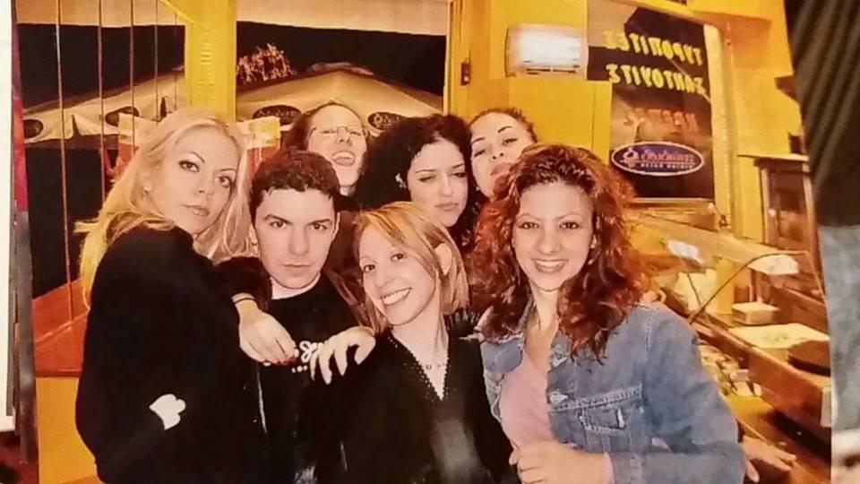 Με συμμαθήτριές του στη δραματική σχολή. Φωτογραφία: Olga Pilika/Facebook
