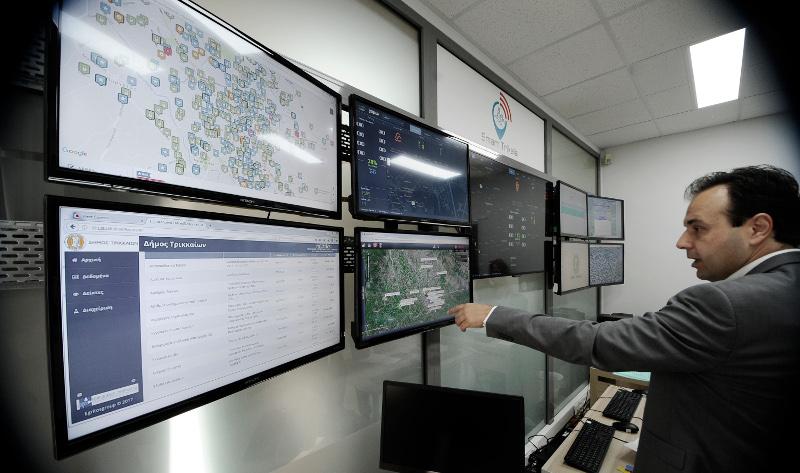 Ο δήμαρχος της πόλης παρακολουθεί στις 9 οθόνες στο κέντρο ελέγχου