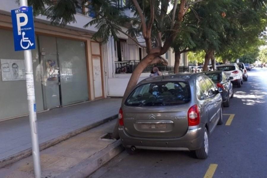 Η αστυνομία πήρε τις πινακίδες από ανάπηρο γιατί πάρκαρε στη θέση του