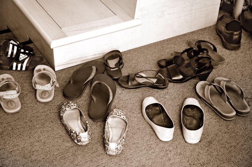 Είναι τελικά σωστό να ζητάμε από τους καλεσμένους μας να βγάζουν τα  παπούτσια  Οι ειδικοί απαντούν b36bc723090