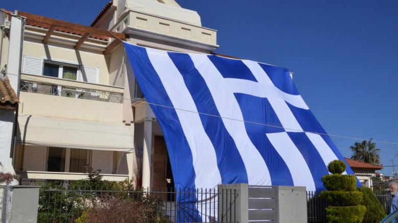 Απαγορεύεται η ανάρτηση της Ελληνικής Σημαίας στα σπίτια